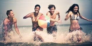 Groupe de personnes le concept insouciant de vacances de plage d'été Photo stock