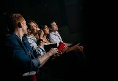 Groupe de personnes le film de observation dans le cinéma Photo libre de droits