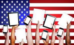 Groupe de personnes les mains tenant des Tablettes de Digital Photos libres de droits