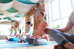 Groupe de personnes méditant au studio de yoga Image stock