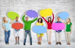 Groupe de personnes mélangées d'âge et de race avec des pensées colorées Photographie stock