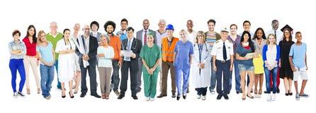 Groupe de personnes mélangées diverses multi-ethniques de profession