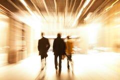 Groupe de personnes marchant au centre commercial, tache floue de mouvement image stock