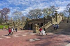 Groupe de personnes marchant aux tuiles de Minton chez Bethesda Arcade dans le Central Park image libre de droits