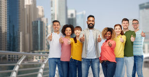 Groupe de personnes montrant des pouces dans au Dubaï Image stock