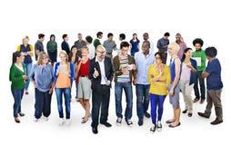 Groupe de personnes multi-ethnique à l'aide des dispositifs de Digital photos stock