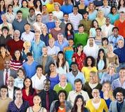 Groupe de personnes multi-ethnique avec l'équipement coloré Photographie stock