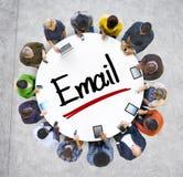 Groupe de personnes multi-ethnique avec le concept d'email Images stock