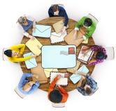 Groupe de personnes multi-ethnique avec le concept de courrier Image libre de droits