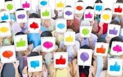 Groupe de personnes multi-ethnique avec le concept social de media images libres de droits