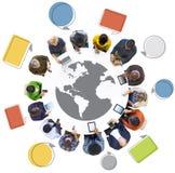 Groupe de personnes multi-ethnique avec le symbole de globe Images stock