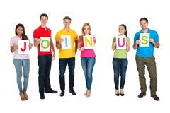 Groupe de personnes multi-ethnique faisant le rejoignez-nous de mot Image stock