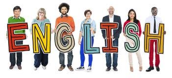 Groupe de personnes multi-ethnique jugeant la lettre anglaise Photo stock
