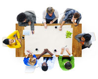 Groupe de personnes multi-ethnique lors de la réunion Photographie stock