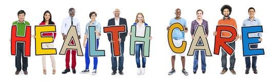 Groupe de personnes multi-ethnique tenant des soins de santé Images stock