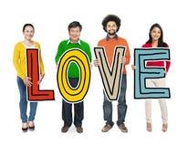 Groupe de personnes multi-ethnique tenant l'amour de lettre Photos stock