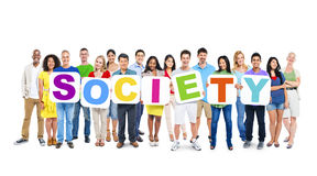 Groupe de personnes multi-ethnique tenant la société Image stock