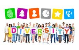 Groupe de personnes multi-ethnique tenant 9 lettres des plaquettes formant la diversité Photos stock