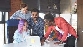 Groupe de personnes multi-ethnique travaillant ensemble ? l'int?rieur banque de vidéos