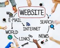 Groupe de personnes multi-ethniques discutant au sujet du site Web Images stock