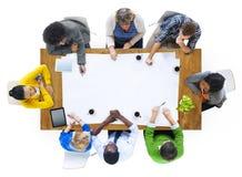 Groupe de personnes multi-ethniques prévoyant sur un nouveau projet Images stock