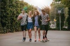 Groupe de personnes multiracial appréciant une promenade Images stock