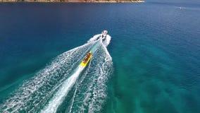 Groupe de personnes non identifié faisant des watersports d'équitation de bateau de banane dans la côte égéenne de la Turquie banque de vidéos