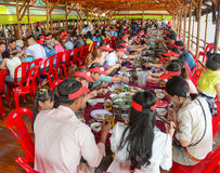 Groupe de personnes non identifiées à un restaurant en bois Photographie stock