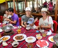 Groupe de personnes non identifiées à un restaurant en bois Photo libre de droits