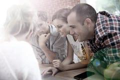 Groupe de personnes observant une vidéo sur l'Internet Images stock