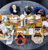 Groupe de personnes occupées multi-ethniques travaillant dans un bureau Photo libre de droits