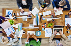 Groupe de personnes occupées multi-ethniques travaillant dans un bureau Image stock