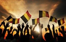 Groupe de personnes ondulant les drapeaux belges dans le Lit arrière Photos stock