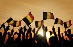 Groupe de personnes ondulant les drapeaux belges dans le Lit arrière photo libre de droits