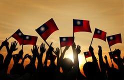 Groupe de personnes ondulant les drapeaux taiwanais dans le Lit arrière Photo stock