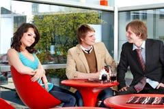 Groupe de personnes parlant en café. Image stock
