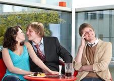 Groupe de personnes parlant en café. Image libre de droits