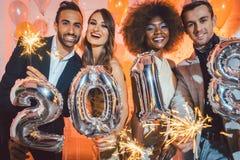 Groupe de personnes de partie célébrant l'arrivée de 2018 Image stock