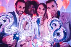 Groupe de personnes de partie célébrant l'arrivée de 2018 Photographie stock libre de droits