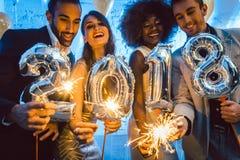 Groupe de personnes de partie célébrant l'arrivée de 2018 Image libre de droits