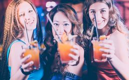 Groupe de personnes de partie - femmes avec des cocktails dans une barre ou un club Images stock