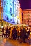 Groupe de personnes pendant le cortège interconfessionnel contre le terrori Photos libres de droits