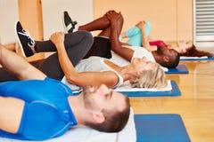 Groupe de personnes pendant le cours de gymnastique image stock