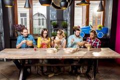 Groupe de personnes pendant le dîner au restaurant asiatique de nourriture Images libres de droits