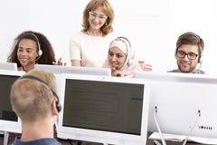Groupe de personnes pendant les classes d'apprentissage en ligne Photos stock