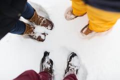 Groupe de personnes pieds sur la neige Images stock