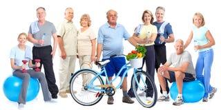 Groupe de personnes pluses âgé de forme physique avec la bicyclette Photos libres de droits