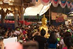 Groupe de personnes portant Bouddha du bateau sur le festival de Bua de bande de frottement Photo stock
