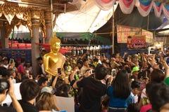 Groupe de personnes portant Bouddha du bateau sur le festival de Bua de bande de frottement Image stock