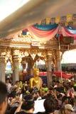 Groupe de personnes portant Bouddha du bateau sur le festival de Bua de bande de frottement Images libres de droits